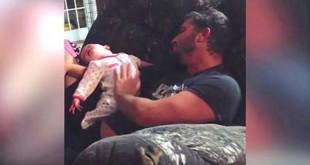Pai-pega-o-bebê-e-a-mãe-nunca-esperava-capturar-isto-na-câmera...